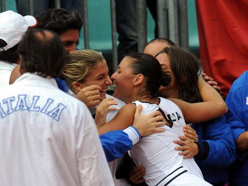 pennetta celebrates with teammates
